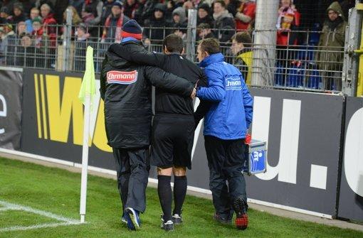Freiburgs Fans feiern verletzten Schiri