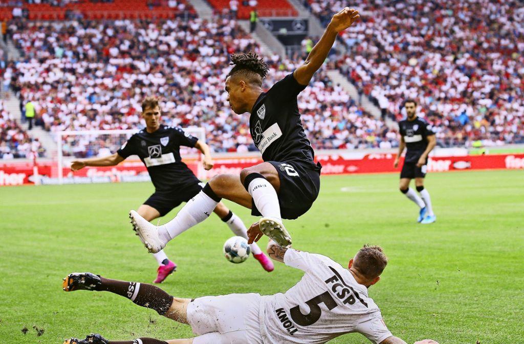 Der VfB um Daniel Didavi  (in der Luft) nimmt die Hürde FC St. Pauli. Foto: Baumann