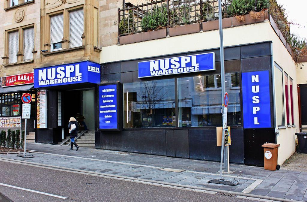 """Am 6. Dezember eröffnet die Firma """"Nuspl Warehouse"""" ein neues Geschäft an der Unterländer Straße. Das große Kaufhaus Nuspl  gegenüber musste vor Monaten per Gerichtsbeschluss  schließen, anfangs betrieben von der Firma """"Textil Nuspl"""". Foto: Lederer"""