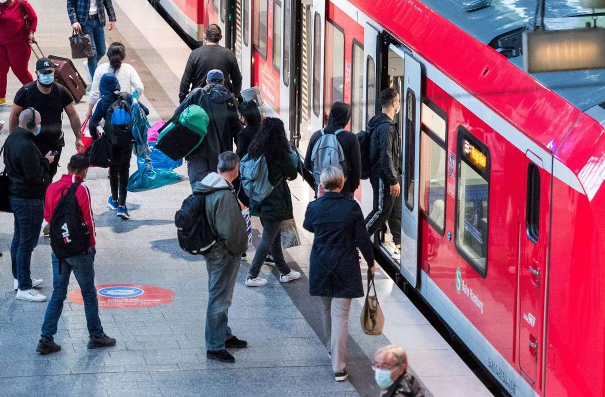 Laut GDL haben rund 10.000 Menschen am zweiten Bahnstreik teilgenommen. Foto: dpa/Daniel Bockwoldt