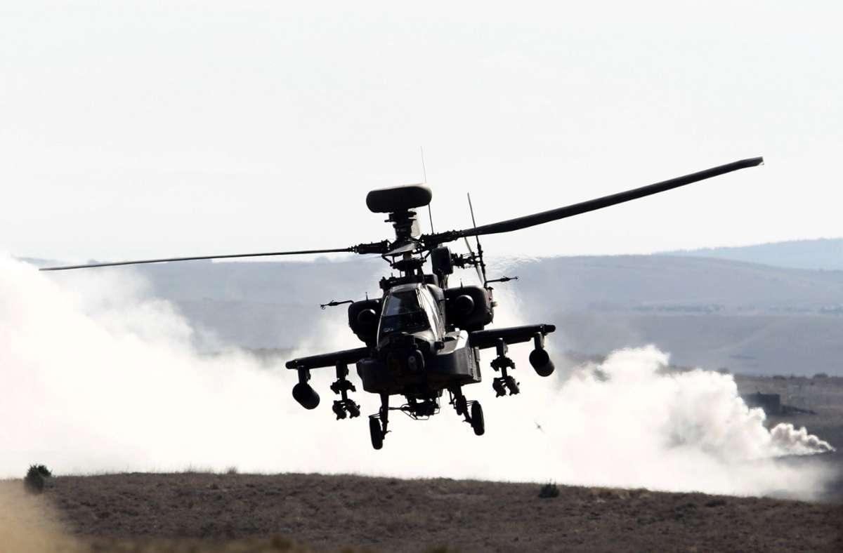 Apache-Hubschrauber (auf dem Symbolfoto eine US-Maschine) flogen am Mittwoch über die Region. Foto: dpa/Javier Cebollada