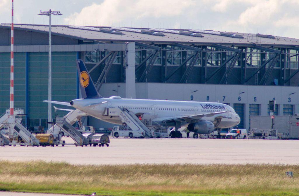 Der Airbus 321 steht  nach der Landung vor einem Hangar. Dort  wird er von Mitarbeitern der Lufthansa-Technik überprüft. Foto: 7aktuell.de/Nils Reeh