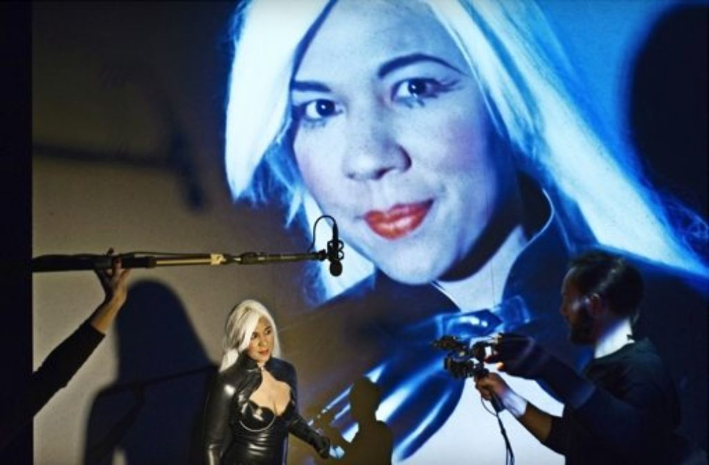 Auch Dominas sind bibelfest: die Schauspielerin Abak Safaei-Rad singt das Hohelied Salomos. Foto: Theaterhaus Stuttgart