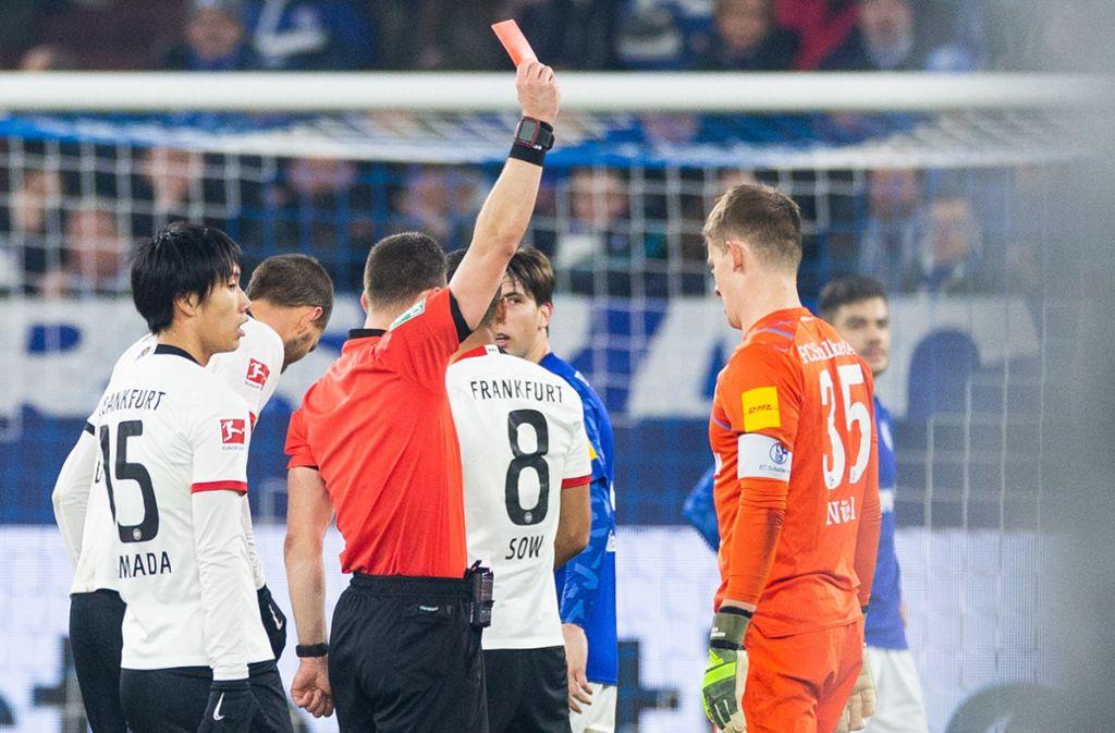 Schalkes Keeper Alexander Nübel verpasst damit die letzten beiden Spiele des Jahres und den Rückrundenstart gegen Bayern München und Borussia Mönchengladbach. Foto: dpa/Rolf Vennenbernd