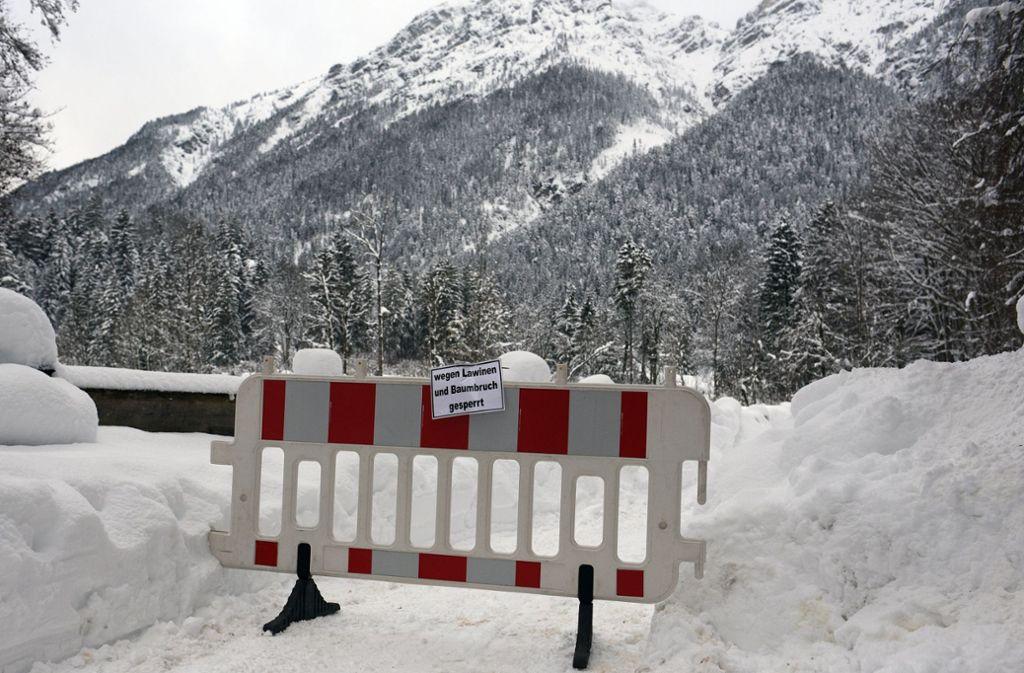Bayern schickt 500 Bereitschaftspolizisten zusätzlich in die tief verschneiten Katastrophenregionen. Foto: dpa