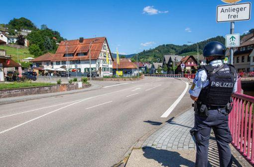 Großes Polizeiaufgebot sucht nach bewaffnetem Mann