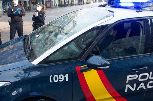 Politiker verletzt Ausgehsperre und beißt Polizisten – Rücktritt