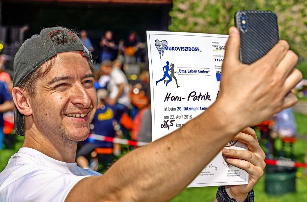 Schnell ein Selfie: Jeder Läufer erhält eine Urkunde. Foto: factum/Weise