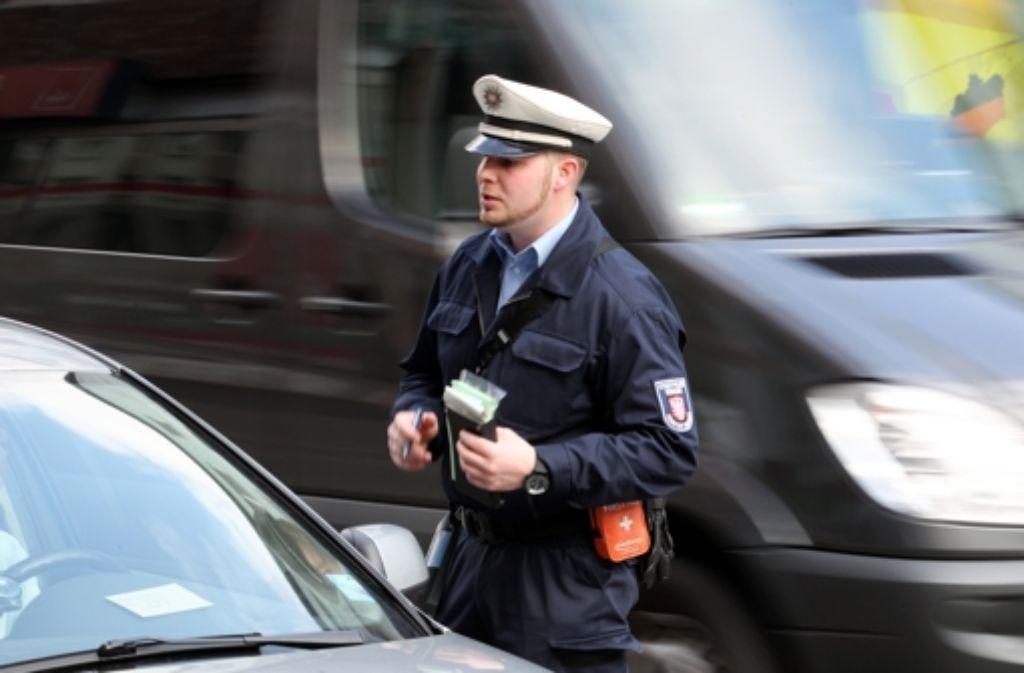 Die Stadtverwaltung hatte zunächst versucht, ohne Bußgelder die Autofahrer zu bewegen, sich andere Plätze zu suchen und statt Strafzetteln Informationsflugblätter hinter die Scheibenwischer geklemmt, um über die ungewohnten Verkehrsregeln aufzuklären. Foto: dpa