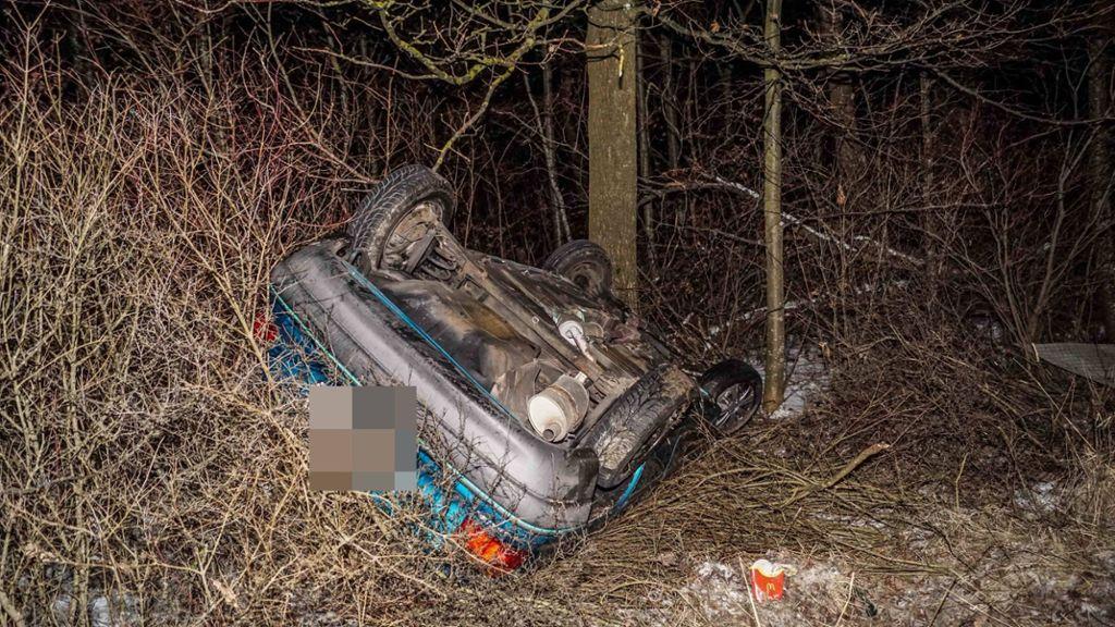 Der Wagen kommt von der Straße ab, überschlägt sich und bleibt auf dem Dach liegen.  Foto: SDMG