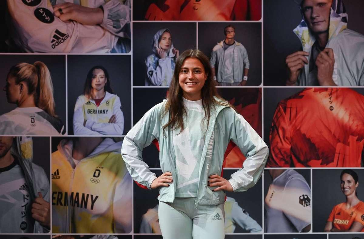 Schick: Hockeyspielerin Selin Oruz präsentiert das Outfit für Olympia. Foto: dpa/Ina Fassbender