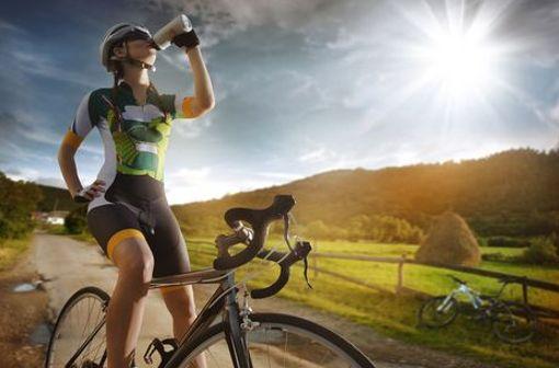 Wer bei hohen Temperaturen Sport macht, muss besonders viel Wasser trinken.