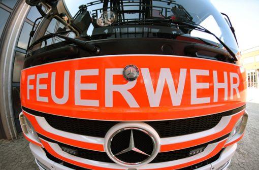 Feuerwehr räumt Mehrfamilienhaus in Esslingen