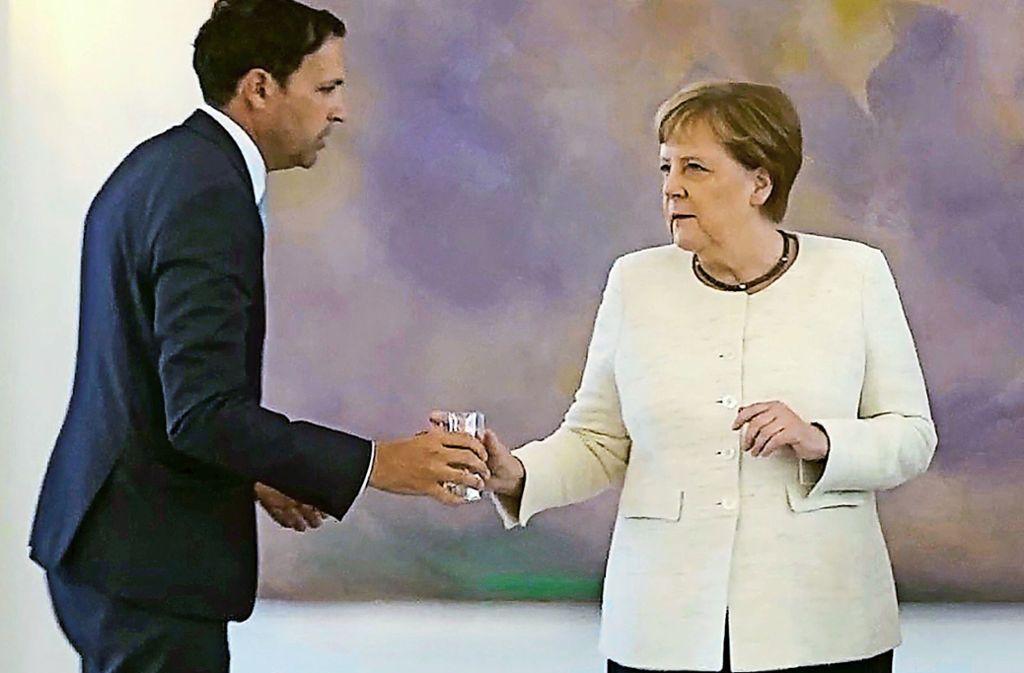 Kanzlerin Angela Merkel lehnt ein Glas Wasser nach ihrem Zitteranfall dankend ab. Foto: AFP