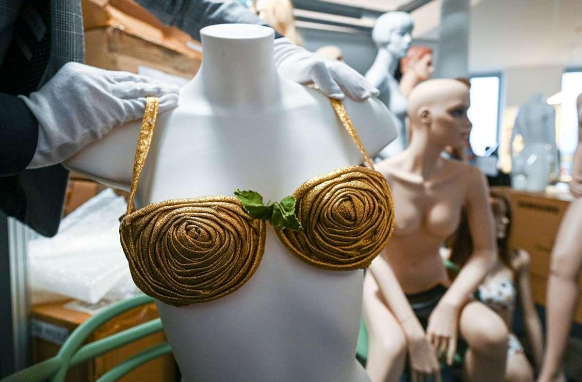 Ein goldener Bikini aus aus der Zeit um 1950 von Louis Réard. Foto: dpa/Armin Weigel