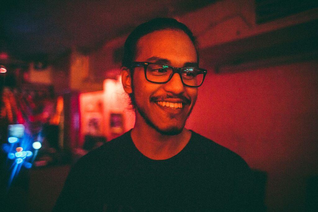 Grinsebacke und Gute-Laune-DJ: Thay Putra a.k.a Thaysenberg bei seinem Gig im Zwölfzehn.  Foto: Michael Colella / www.michaelcolella.de
