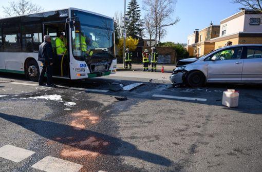 22-Jähriger überholt und kracht in Schulbus