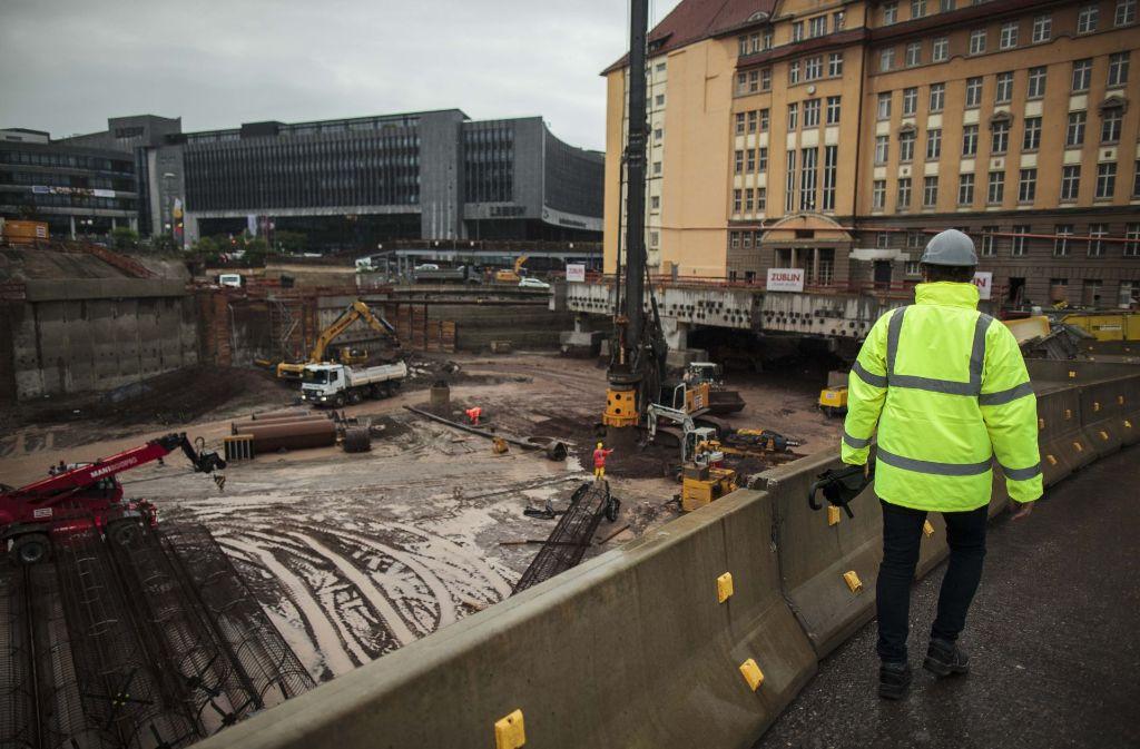 Stelzenbau: die alte Bahndirektion wird auf Pfählen abgestützt. Später sollen die Züge unter dem denkmalgeschützten Bau in den Stuttgarter Tiefbahnhof fahren. Foto: Lichtgut/Leif Piechowski