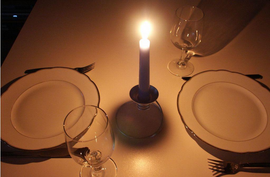 Wenn der Strom ausfällt, kann durch ein Dinner bei Kerzenschein aus der Not eine Tugend gemacht werden. Allerdings  nur wenn die Küche  nicht kalt und die Teller leer deshalb bleiben. Foto: Archiv/Fieß