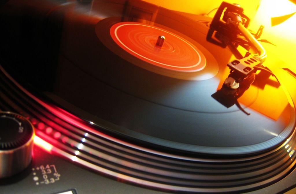 Schallplatten sind seit einigen Jahren wieder im Aufwind. Unsere Bildergalerie zeigt unter anderem eine Waschmaschine und ein Bügelwerkzeug für Platten, kuriose Anekdoten und Argumente für die nächste Diskussion, ob Vinyl wirklich besser klingt. Foto: dpa
