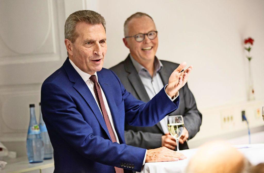 Schlagfertig und zugewandt – so hat sich Günther Oettinger (links) im Gespräch mit Kai Holoch  präsentiert Foto: Ines Rudel