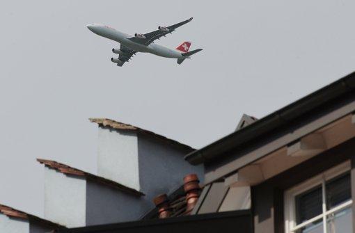 Unbeliebte Beschallung: Jet über Hohentengen im Anflug auf Zürich. Foto: dpa