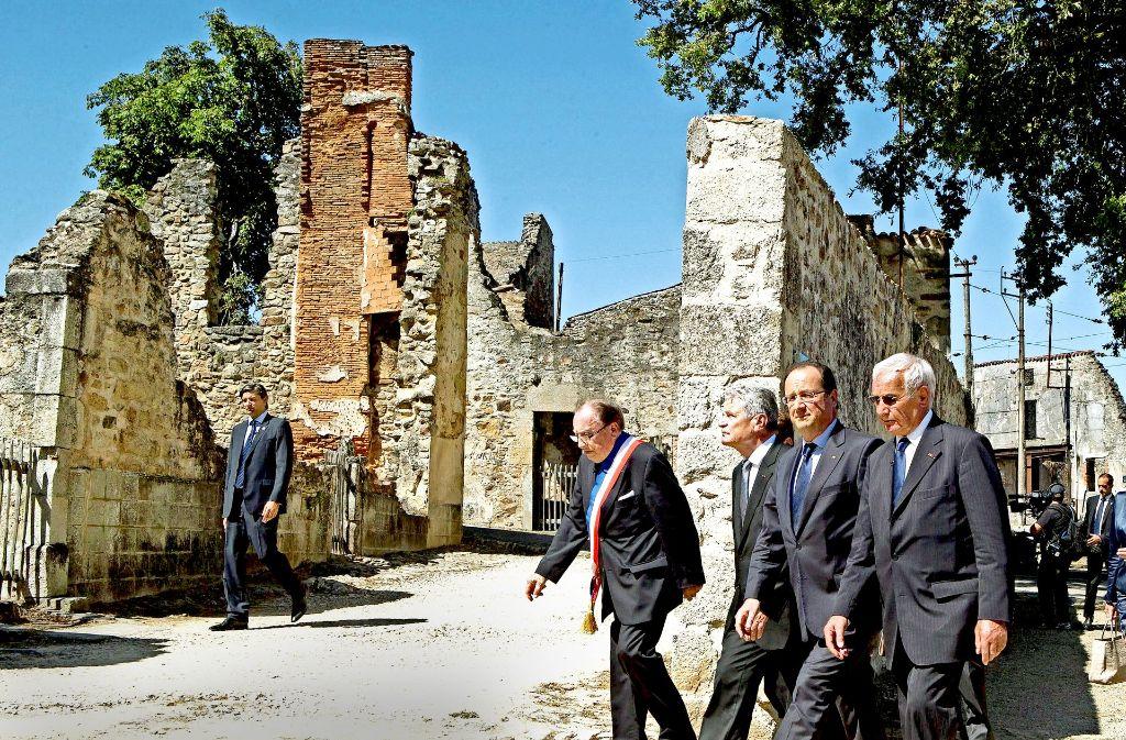 """Ex-Bundespräsident Gauck 2013 bei seinem Besuch in Oradour: Am 10. Juni 1944 begingen dort Soldaten der SS-Panzerdivision """"Das Reich"""" einen Massenmord an 642 Zivilisten. Unter den beteiligten Soldaten waren auch 14 Elsässer. Foto: dpa"""