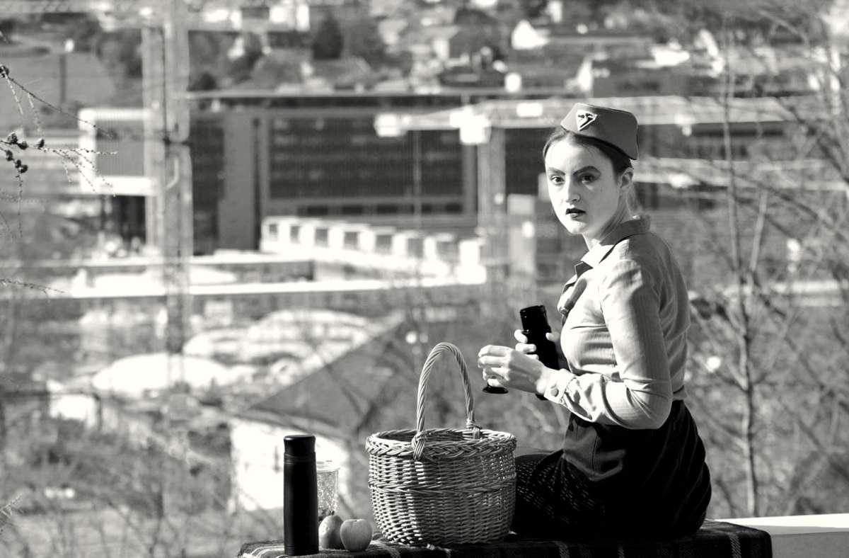 """Solo-Picknick mit Blick aufs Häusermeer: Szene aus  """"Kein Eisberg in Sicht"""" mit Schauspielschülerin Liliana Merker Foto: /Nick Hartnagel"""