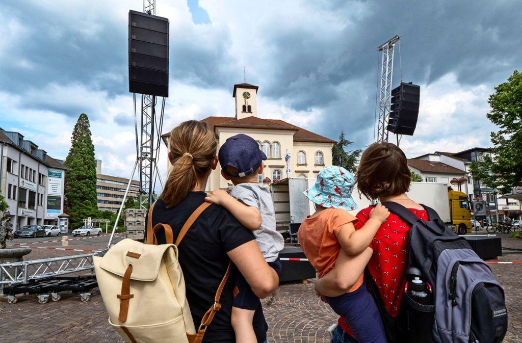 Die Musik auf dem Marktplatz zieht Passanten an. Foto: factum/Weise