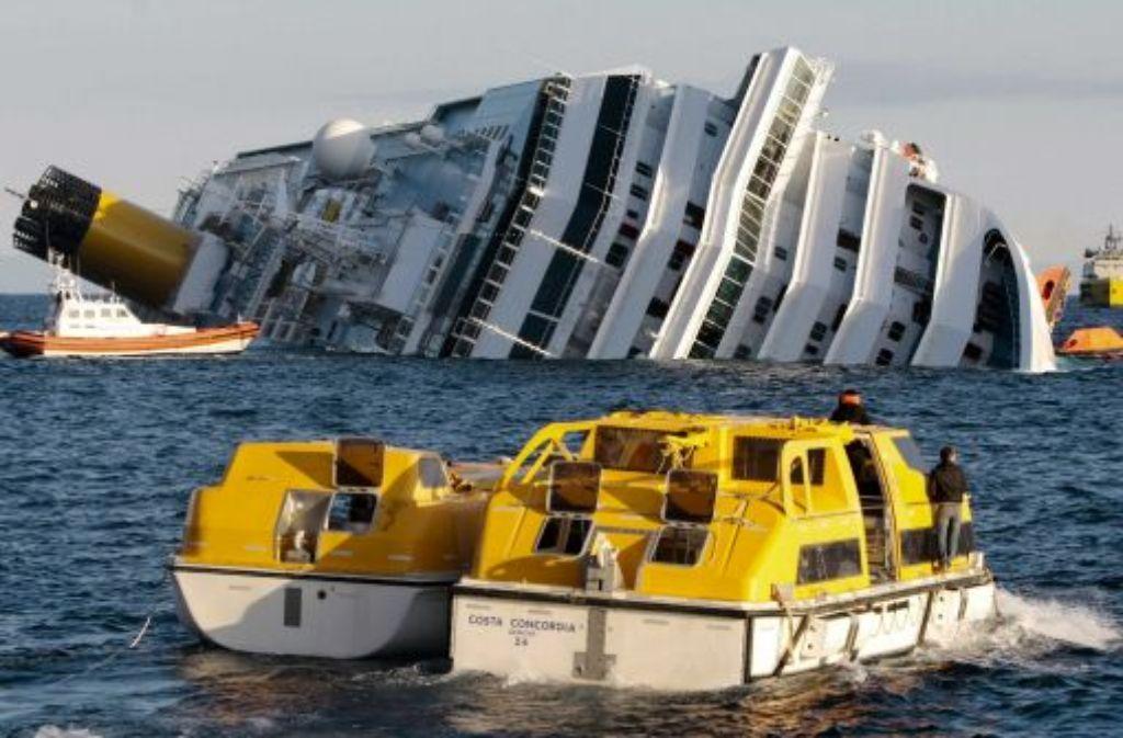 Noch immer liegt die Costa Concordia wie ein Koloss im Meer. Inzwischen scheint klar: der Kapitän des Luxusliners hat die Route eigenmächtig geändert. Der verhängnisvolle Felsen ist auf den Seekarten eingezeichnet. Foto: AP