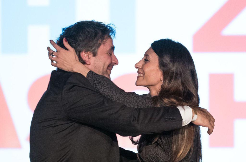 Deniz Yücel umarmt bei der Veranstaltung seine Ehefrau Dilek. Foto: dpa