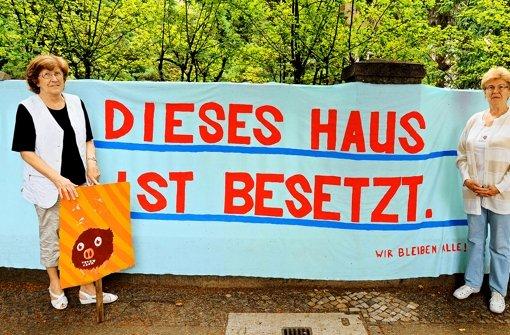 Sie bieten der Politik die Stirn: die   Senioren mit  Transparenten und Faltblättern. Foto: dpa