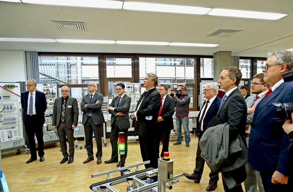 Auf großes Interesse bei Vertretern der Wirtschaft und der Politik stieß die Eröffnung des Labors Green Factory. Foto: Gewerbliche Schule