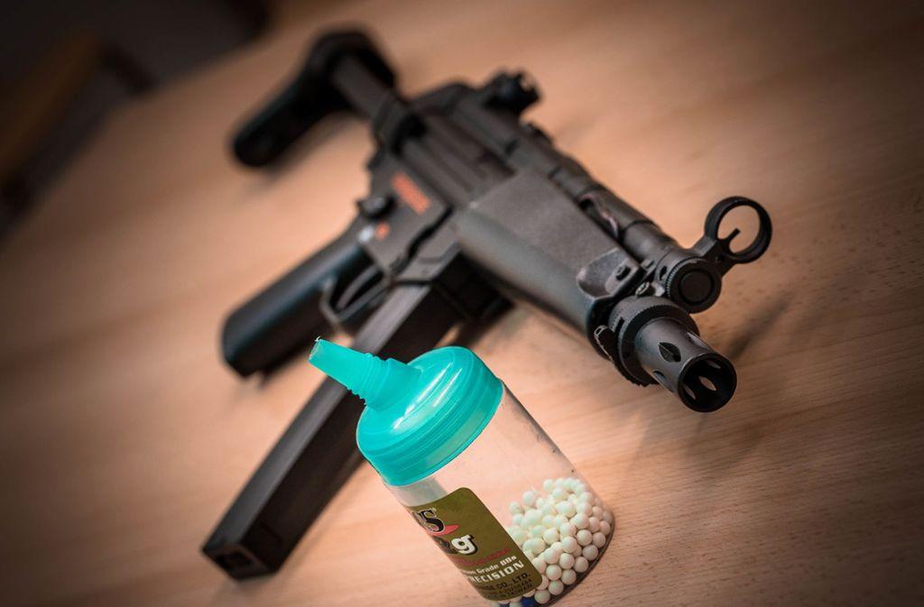 Manche Spielzeugwaffen sind von echten kaum zu unterscheiden – hier eine Softair-Version einer Maschinenpistole. Foto: Phillip Weingand/StZN