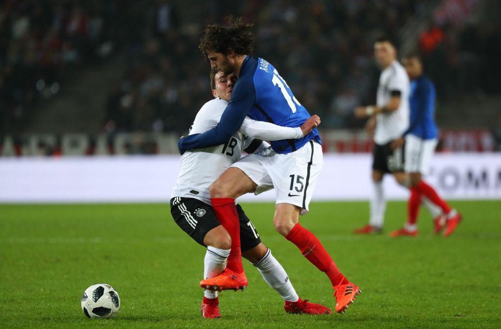 Deutschlands Mario Götze (links) und und Frankreichs Adrien Rabiot im Zweikampf um den Ball Foto: dpa