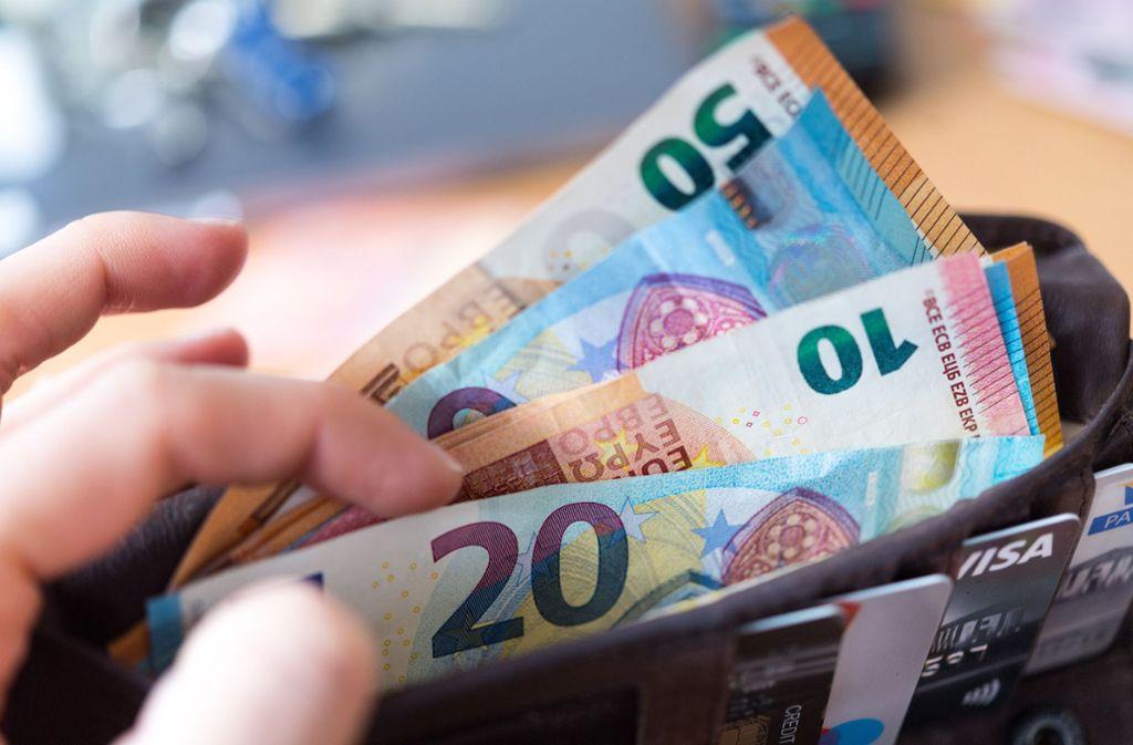 Einzelne Banken verlangen schon  Gebühren für Bargeld-Abhebungen, je nach Kontomodell. Foto: ZB