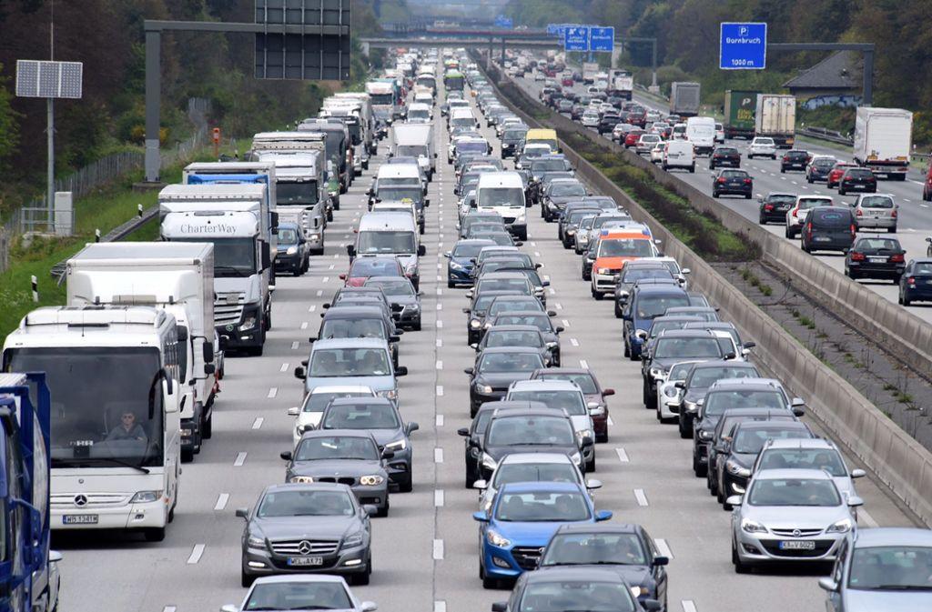 Nichts geht mehr: Zum Ferienbeginn werden viele Autofahrer im Stau stehen. Foto: dpa
