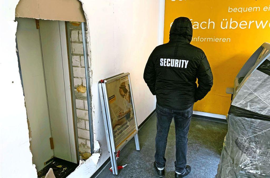 Die Commerzbank an der Hauptstraße ist vorübergehend geschlossen.  Räuber haben den Geldautomaten gesprengt. Die Explosion hat den Vorraum verwüstet. Foto: Götz Schultheiss