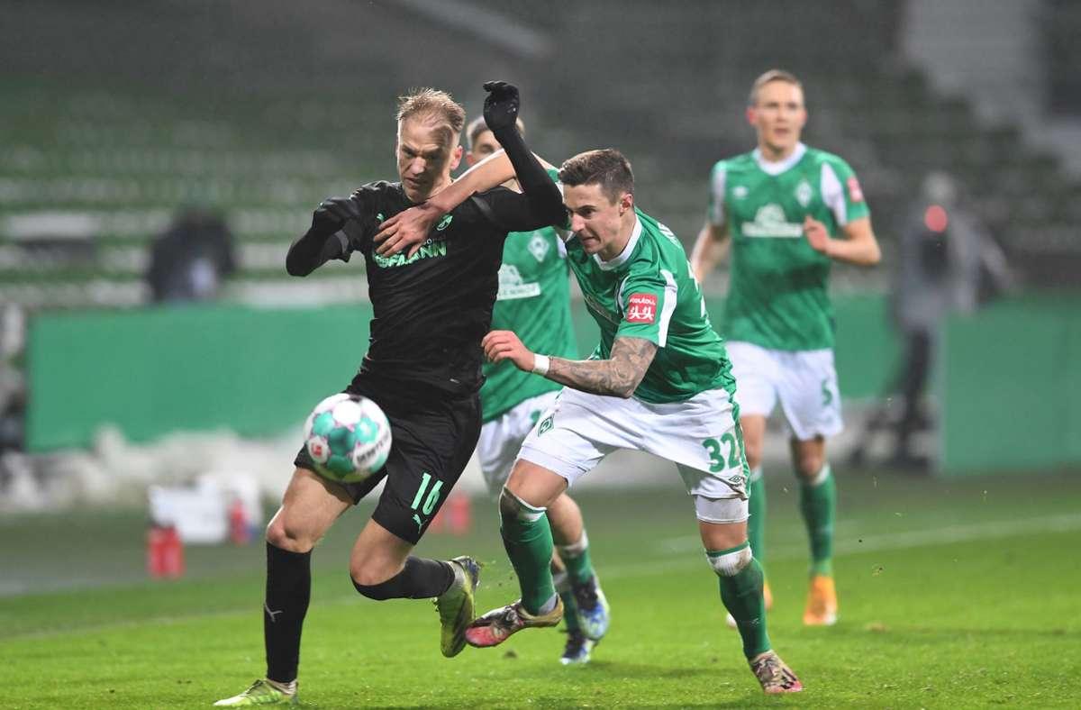 Werders Marco Friedl (r.) kämpft gegen Fürths Havard Nielsen um den Ball. Foto: dpa/Carmen Jaspersen