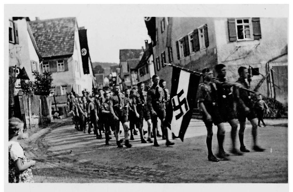 Die Hitlerjugend marschiert durch Kayh. Widerstand Foto: Stadtarchiv