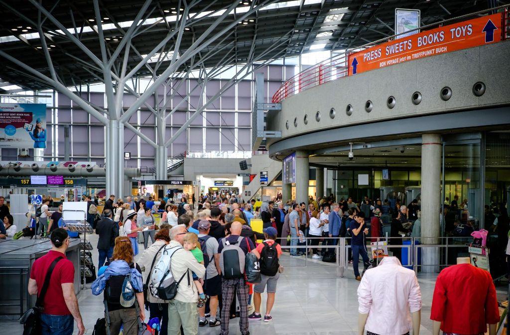 Lange Warteschlangen beim Sicherheitscheck am  Flughafen beschädigen das Ansehen des Airports. Foto: Lichtgut/Achim Zweygarth