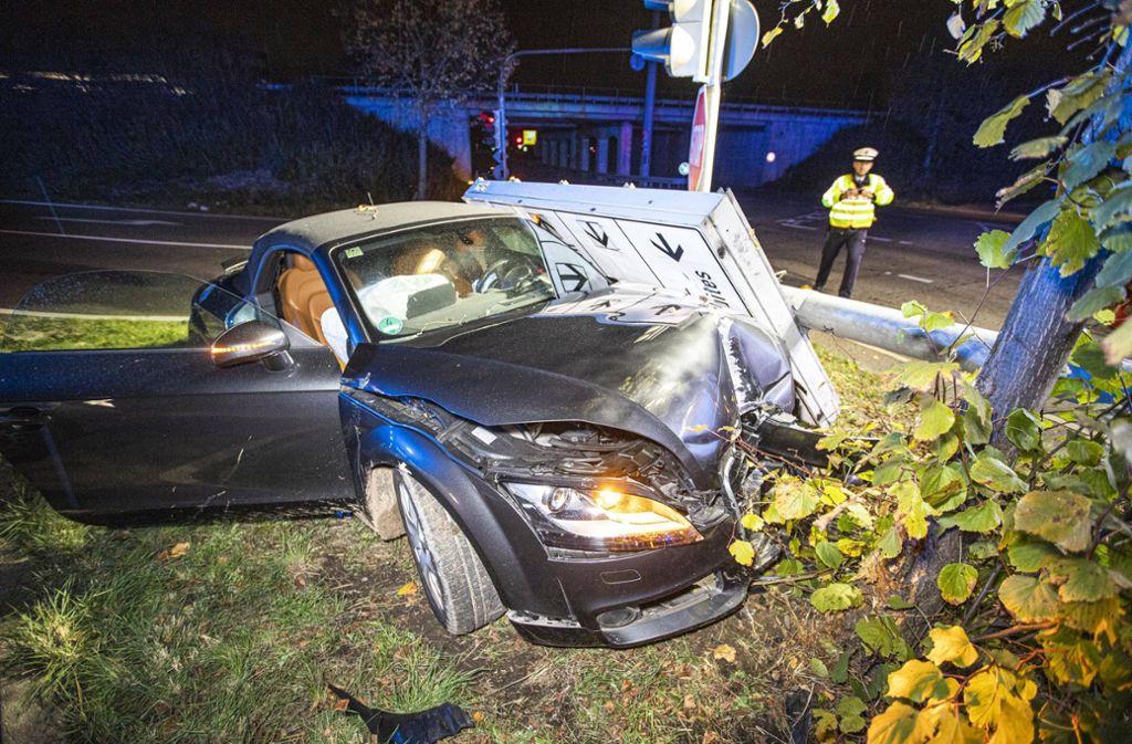 Der Audi TT ist bei dem Unfall total beschädigt worden. Foto: 7aktuell.de/Simon Adomat