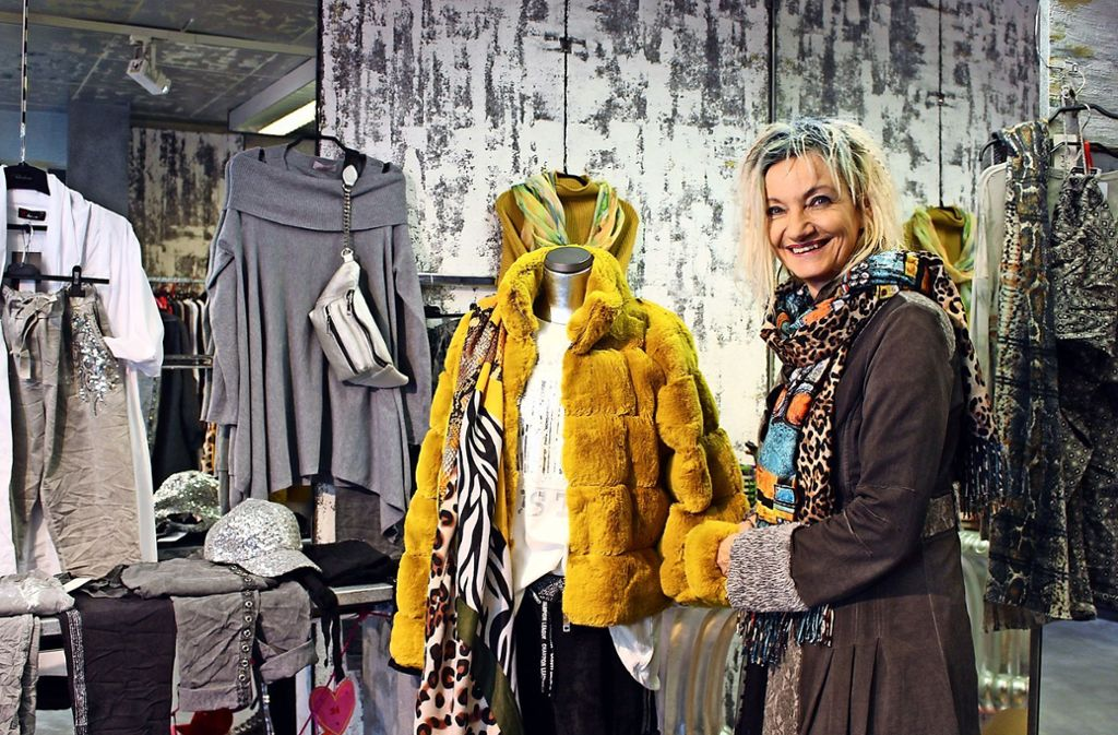 Inge Haag in ihrer Boutique, in der sie deutlich macht, was Onlinehändler nicht leisten können – und sie hingegen schon. Foto: Caroline Holowiec/ki
