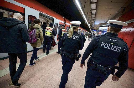 Randalierer im Bahnhof greift Polizisten an