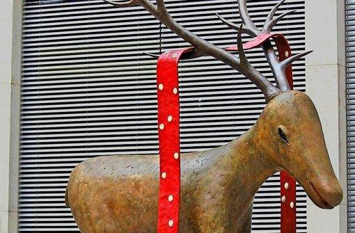 """""""Hirsch mit dem roten Schal"""" titelt Fritz Schweglers Arbeit, die  im Atrium der Göppinger Kreissparkasse.nur für diejenigen zu sehen ist, die bei ihrer Kunsttour durch die Innenstadt Einlass begehren. Foto: Kunsthalle"""