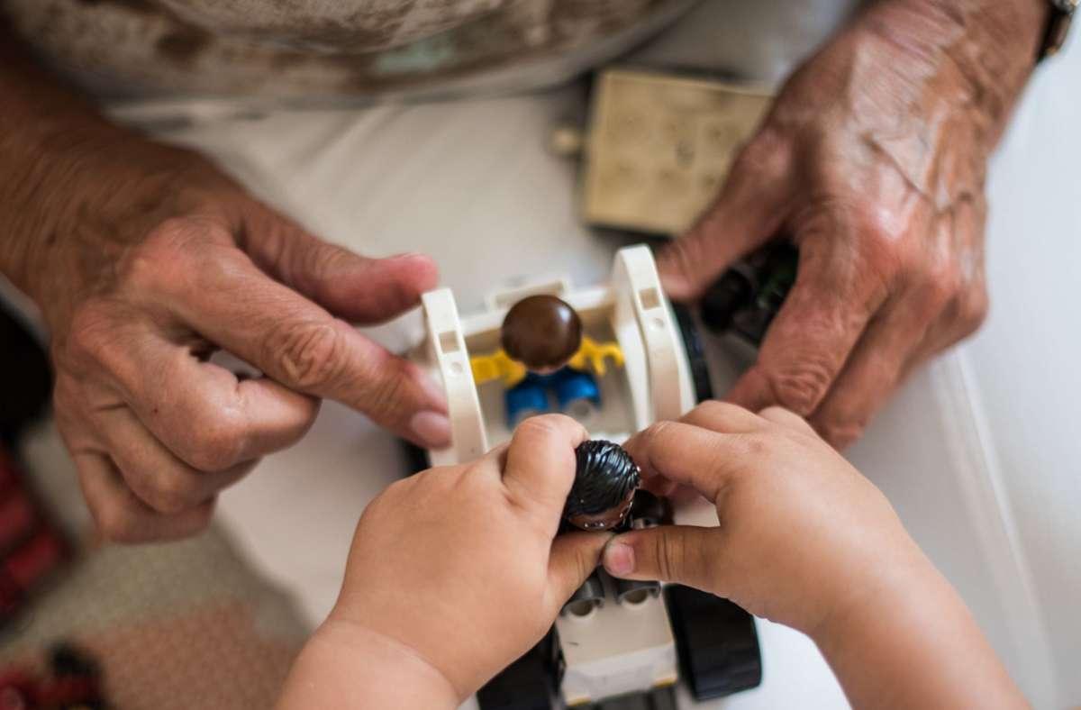 Mehrgenerationenhäuser können beispielsweise Anträge stellen (Symbolbild). Foto: dpa/Andreas Arnold