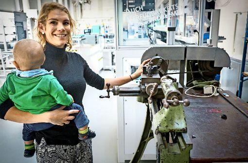 Karriere machen mit einem Kind auf dem Arm
