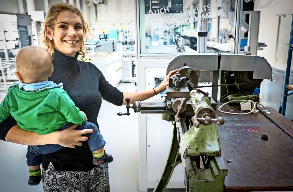 Petra Foith-Förster betreut beim Fraunhofer Institut etliche Projekte zum Thema Industrie 4.0. Ihr kleiner Sohn ist tageweise dabei. Foto: Lichtgut/Achim Zweygarth