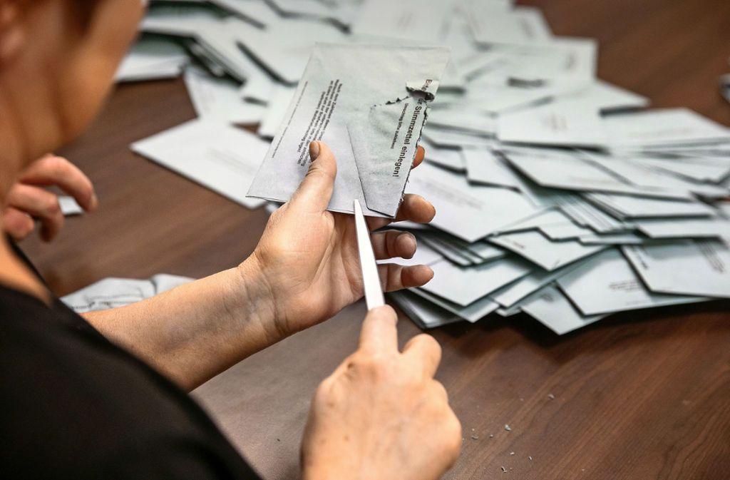Mehr als 4600 Wahlumschläge mussten nach dem Bürgerentscheid in Uhingen geöffnet werden. Foto: /Horst Rudel