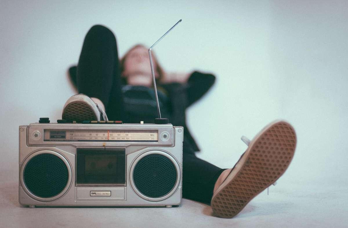 Radio an – aber bitte Schuhe ausziehen! Foto: Unsplash/Eroc Nopanen